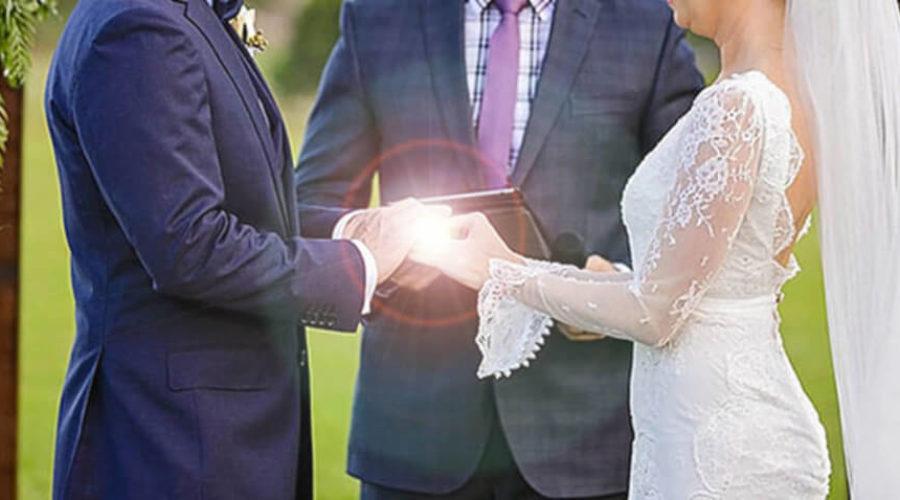 Comment (bien) choisir son officiant de cérémonie laïque de mariage ?